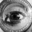 Imagem de um olho sobreposto à lente de uma câmera