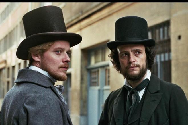 cena do filme Jovem Marx apresenta o autor e Feuerbach.