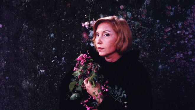 fotrografia mostra Clarice Lispector segurando buquê de flores