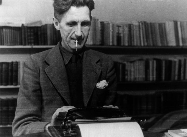 fotografia de Orwell o mostra diante de uma máquina de escrever