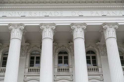 Fotografia das colunas da fachada da UFPR