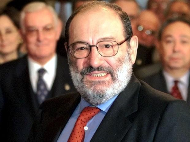 Fotografia de Umberto Eco sorrindo.