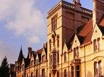 A frente de Balliol College vista de Broad Street. O Colégio Balliol, fundado em 1263, é uma das instituições de ensino superior constituintes da Universidade de Oxford no Reino Unido.  <br> <br> Palavras-chave: Balliol, colégio, Reino Unido, Oxford, arquitetura, idade média, estética