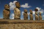 Um ahu com sete moais, símbolos emblemáticos da Ilha de Páscoa. O busto de pedra ou Moai é o nome que designa as gigantescas estátuas de pedra espalhadas pela Ilha de Páscoa, no Chile.  <br> <br> Palavras-chave: Busto de pedra, Moai, Ilha da Pascoa, arte neolítica, escultura, estética