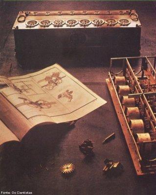 """Máquina de calcular de Pascal. Como inventor, Pascal introduziu o uso de um disco para a execução mecânica do cálculo. Essa invenção - patenteada com o nome de """"La Pascaline"""" - tornou praticamente possível a estrutura das modernas calculadoras.  <br> <br> Palavras-chave: Pascal, calculadora, matemática, invento, invenção, ciência"""