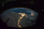 Os avanços científicos influenciam e modificam não apenas o estilo de vida de algumas pessoas mas também as relações sociais em todo o globo. Na foto, o delta do rio Nilo, conforme observado à noite de dentro da estação espacial internacional. O domínio da eletricidade mudou os rumos da história.<br><br> Palavras-chave: ciência, teoria, avanço, espaço, paradigma, filosofia da ciência
