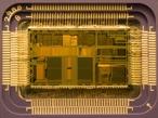 Chip é um dispositivo microeletrônico que consiste de muitos transístores e outros componentes interligados capazes de desempenhar muitas funções. A escala de integração miniaturizou os componentes eletrônicos de tal forma que os circuitos integrados possuem o equivalente a milhares de componentes eletrônicos em sua constituição interna <br> <br> Palavras-chave: chip, circuito integrado, dispositivo microeletrônico, revolução tecnológica, contribuição da ciência, informática, filosofia da ciência