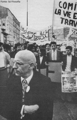 """Michel Foucault em passeata, em 1973, em defesa dos direitos das imigrantes na França.  <br> <br> Palavras-chave: Foucault, França, passeata, movimento, direitos, ética <br> <br> <br> <strong>Notícias relacionadas</strong><br><br> <a href=""""http://www.filosofia.seed.pr.gov.br/modules/noticias/article.php?storyid=438&tit=O-novo-Lanterna-Verde-mira-o-preconceito-contra-muculmanos-nos-EUA"""">O novo Lanterna Verde mira o preconceito contra muculmanos nos EUA</a><br> <a href=""""http://www.filosofia.seed.pr.gov.br/modules/noticias/article.php?storyid=527&tit=Os-motivos-do-fascinio-de-Michel-Foucault-pela-doutrina-neoliberal"""">Os motivos do fascinio de Michel Foucault pela doutrina neoliberal</a>"""